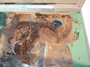 排水溝回りから 雨漏れ下地が腐る